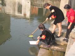 开展清洁河道志愿服务