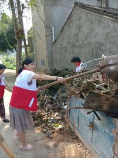 帮助村内孤寡老人清除房前屋后垃圾