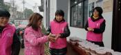 腊八节和大姐志愿者制作腊八粥送温暖活动